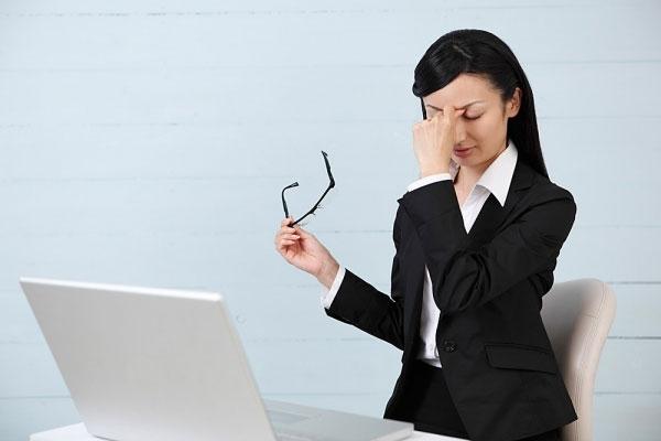 Thường xuyên tiếp xúc với máy tính sẽ khiến bạn mỏi cổ và mỏi mắt