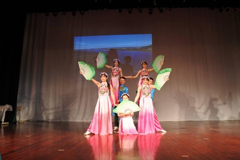 Sinh viên lớp Báo chí K4 biểu diễn trong Chương trình kỉ niệm 87 năm ngày thành lập Hội liên hiệp Phụ nữ Việt Nam