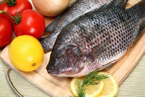 chuẩn bị nguyên liệu cho món cá rô phi sốt cà chua