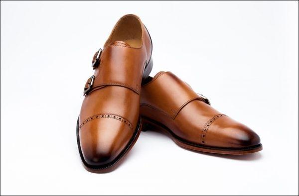 Monk strap có chi tiết khuy giày bắt ngang qua phần thân trên để thay thế cho dây buộc
