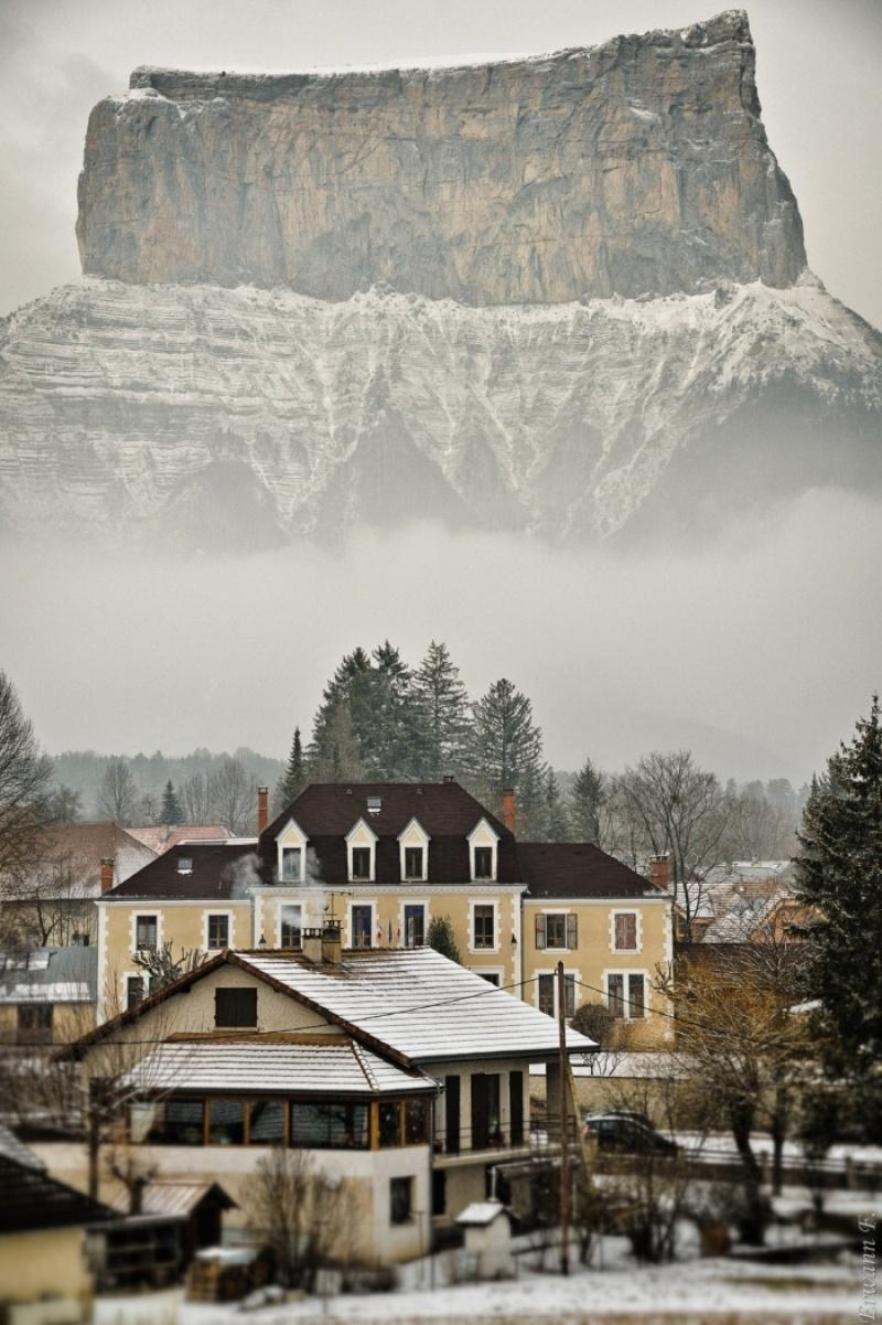 Bạn có muốn ở trong một ngôi nhà mà ngay đằng sau là dãy núi hùng vĩ như thế kia không?