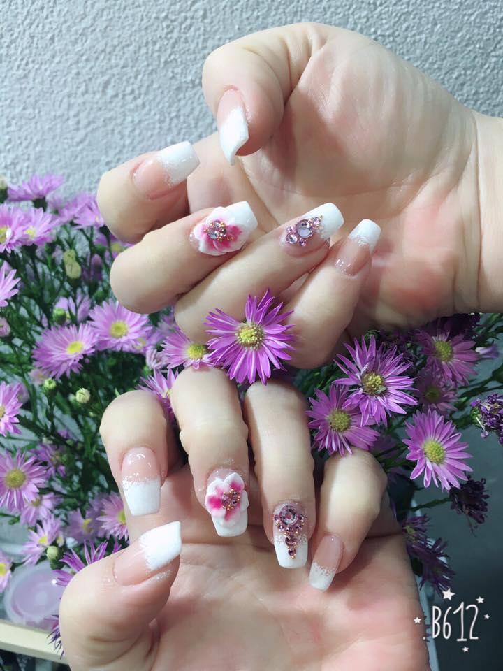 Luôn dẫn đầu xu hướng, các mẫu nail tại đây luôn thể hiện được cái sự mới mẻ và ấn tượng hết mức, nổi bật từ màu sơn cho đến họa tiết trang trí.