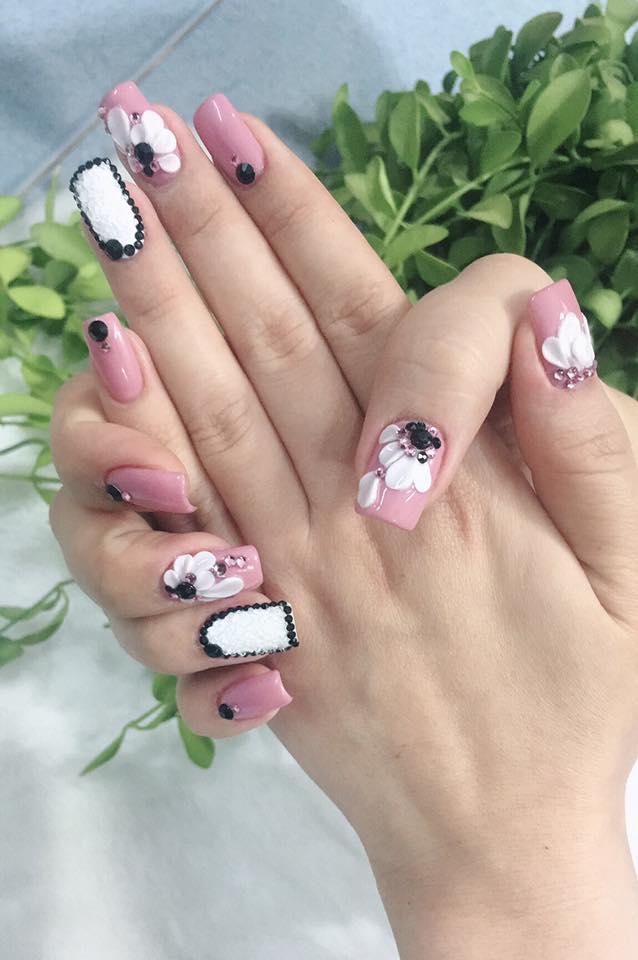 Với sự sở hữu vô số các màu sơn thuộc những nhãn hiệu lớn, hàng đầu thế giới, đồng thời không ngừng cập nhật các màu sơn mới, Moon nails đủ sức thuyết phục bất cứ quý cô ưa sơn vẽ nào