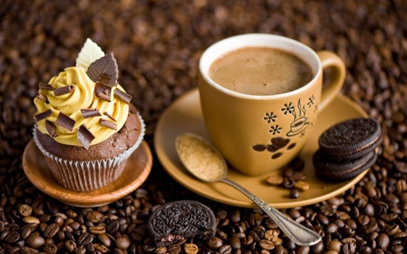 Một cốc cà phê kèm một chiếc bánh ngọt
