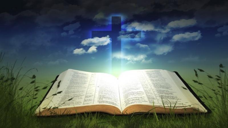 Trong túi sách của bà vẫn hiện diện cuốn kinh thánh kèm theo