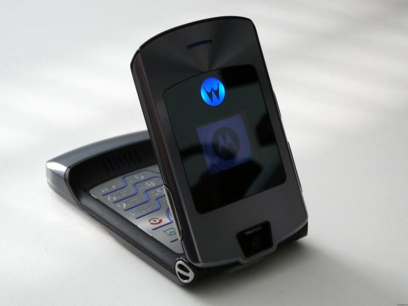 Motorola RAZR V3 nắp gập siêu mỏng tạo cảm hứng cho các hãng sản xuất điện thoại di động
