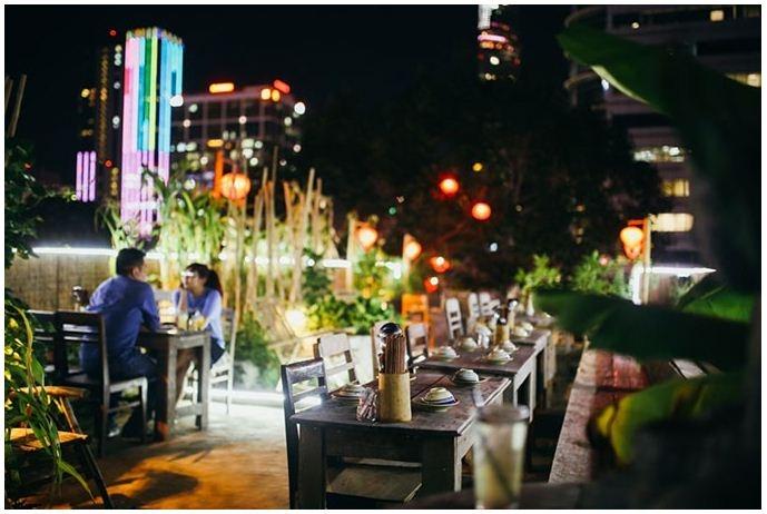 Nhà hàng nằm ngay trung tâm Sài Gòn, ở rooftop có view cực đẹp, đặc biệt về đêm