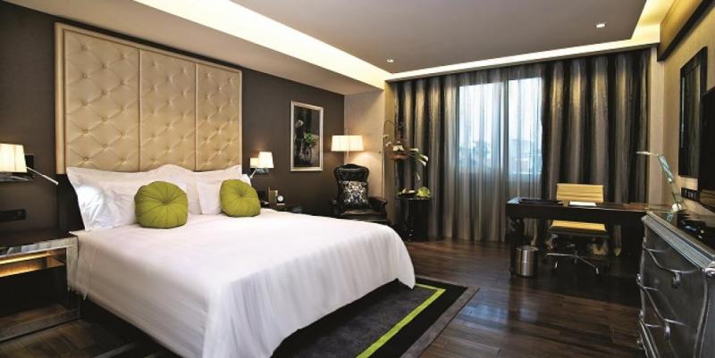Phòng ngủ được thiết kế sang trọng với gam màu tối