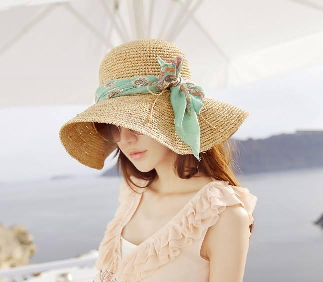 Những kiểu mũ rộng vành được nhiều cô nàng ưa chuộng khi muốn đi biển.