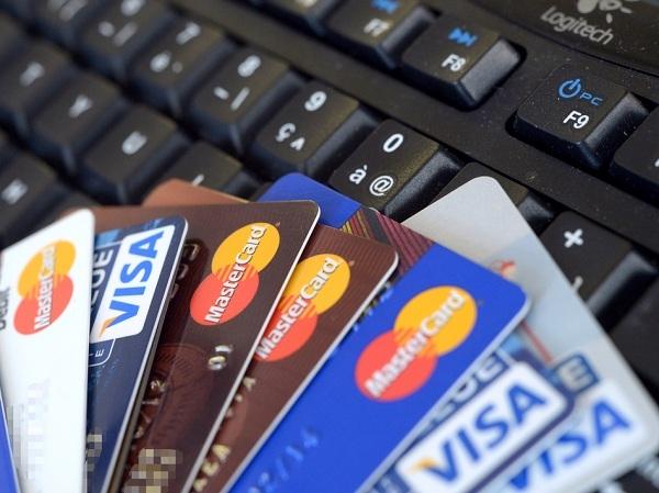 Việc sử dụng hình thức thanh toán thẻ cũng giúp bạn hạn chế được việc mang theo nhiều tiền mặt khi đi mua sắm