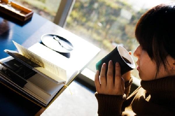 Ngồi bên khung cửa sổ nhâm nhi một tách trà nóng và nhìn ra cửa sổ ngắm mùa đông.