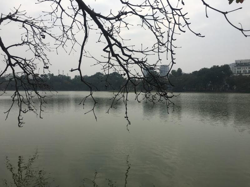 Mặt hồ phẳng lặng như gương không một gợn sóng buồn thiu.