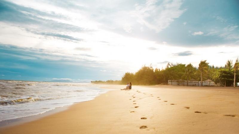 Bãi cát óng ánh như hạt pha lê khi có nắng hè.