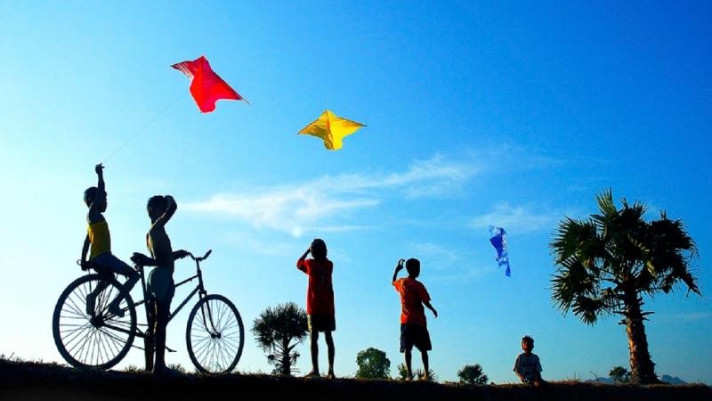 Cánh diều vi vu giữa bầu trời cao trong xanh và lồng lộng gió.