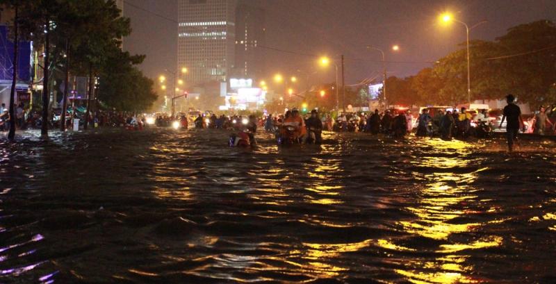 Mùa mưa bão, miền Trung ngập lụt, Sài Gòn thất thủ