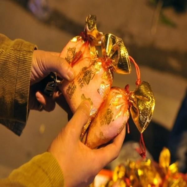 Muối vào dịp Tết thường được bỏ vào những túi gấm hoặc các vỏ bao bì bắt mắt sinh động tựa như món quà từ đất trời gửi tặng cho người dân