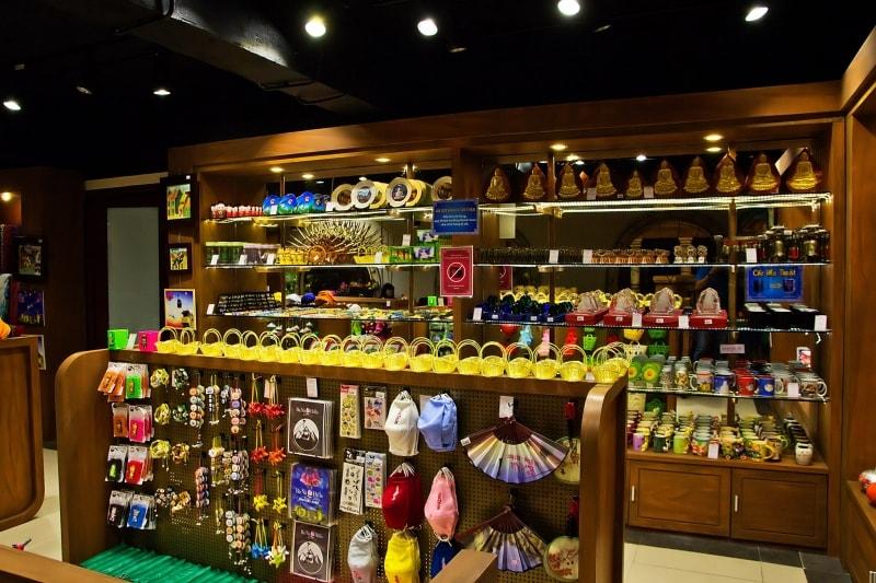 Buy souvenirs for relatives at Ba Na Hills