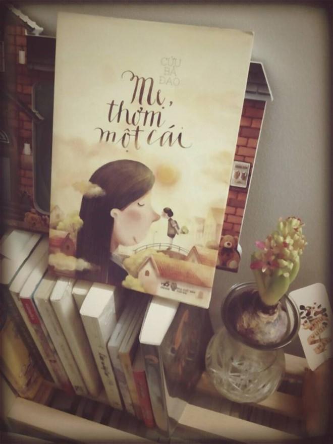 Tặng sách cho mẹ