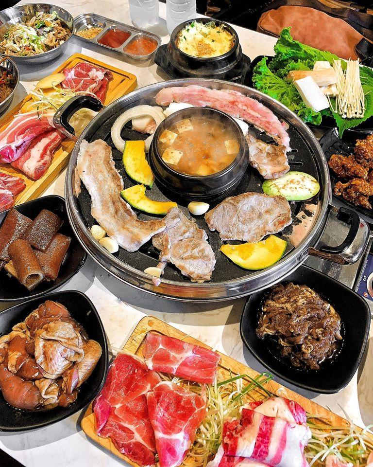 Buffet ở đây bạn có thể ăn thoả thích ba chỉ bò, ba chỉ heo cuộn, thịt ba chỉ miếng, nạc dăm, dẻ sườn, tokbokki, chân gà sốt cay, gà rán, gà rút xương, da heo, canh đậu tương, trứng hấp,...