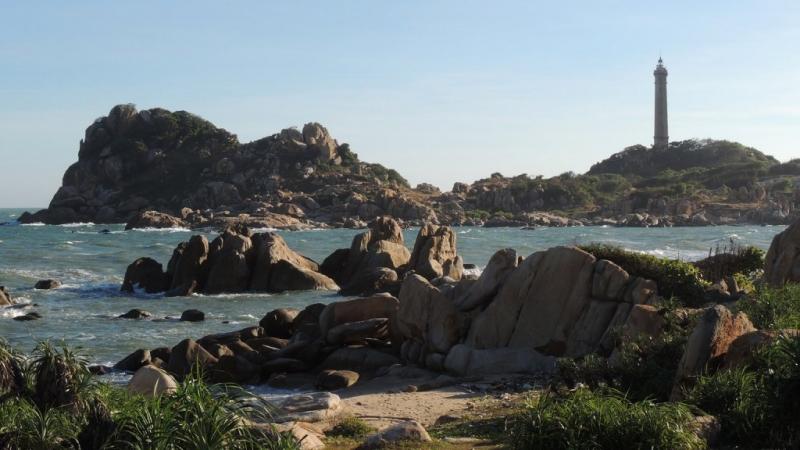 Những phiến đá và ngọn hải đăng ở mũi Kê Gà