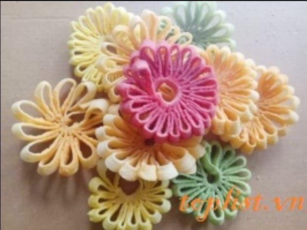 Mứt dừa hình hoa cúc nhiều màu sắc