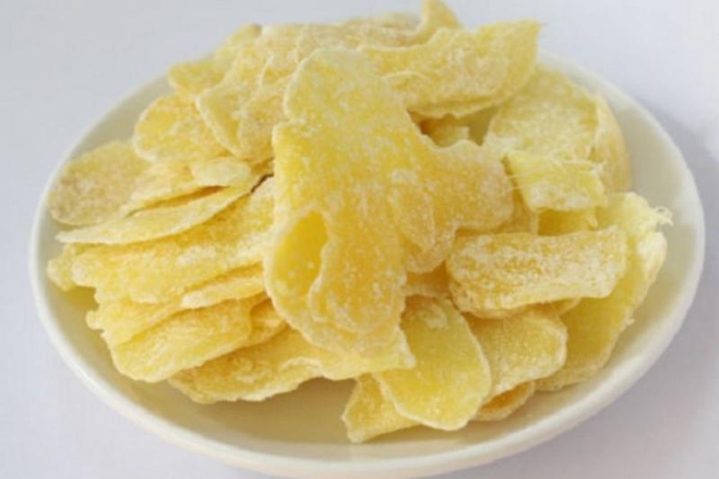 Mứt gừng có màu vàng nhạt, không quá cay, miếng gừng không bị xơ, mềm ngọt vừa phải.