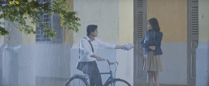 Màn trao áo mưa trong MV- thầy giáo đã khiến trái tim nữ sinh tan chảy