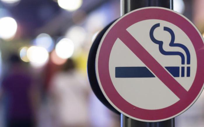 Tại Mỹ, việc hút thuốc lá nơi công cộng là một hành động bị cấm.