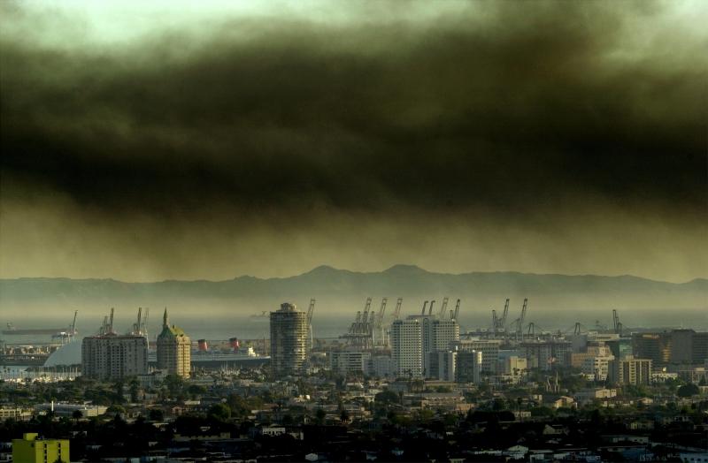 Làn khói độc đi qua một thành phố ở Mỹ