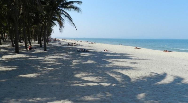 Những dải cát dài trắng mịn như nhung.