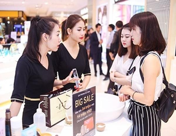 """Nhân viên tư vấn mỹ phẩm là một ngành Sale rất """"hot"""" hiện nay bởi nhu cầu làm đẹp của con người ngày càng được nâng cao."""
