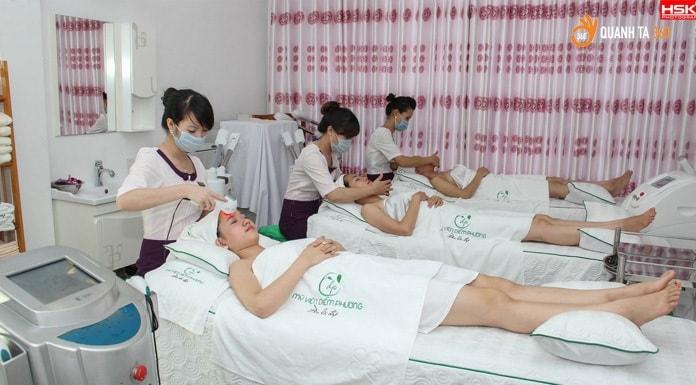 Nhân viên mỹ viện Diễm Phương chăm sóc da cho khách hàng