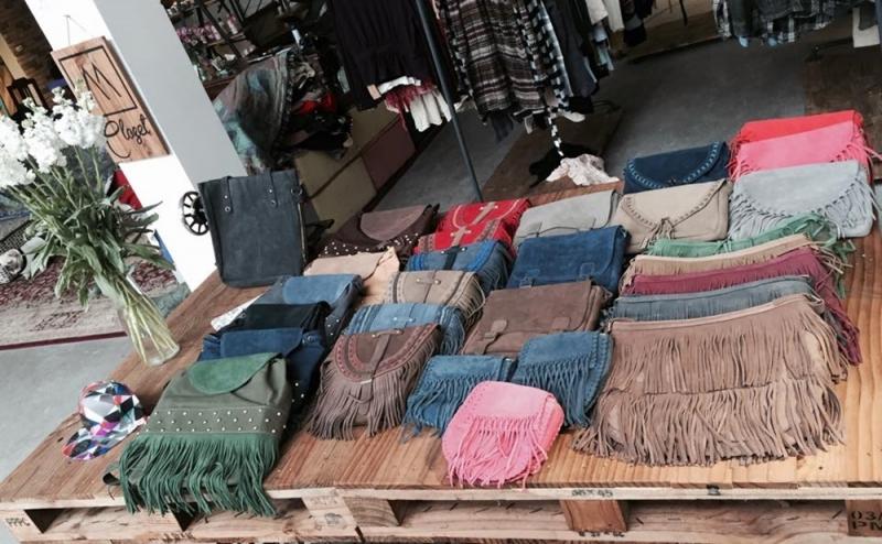 Ngoài quần áo second-hand thì shop còn có nhiều loại túi xách...
