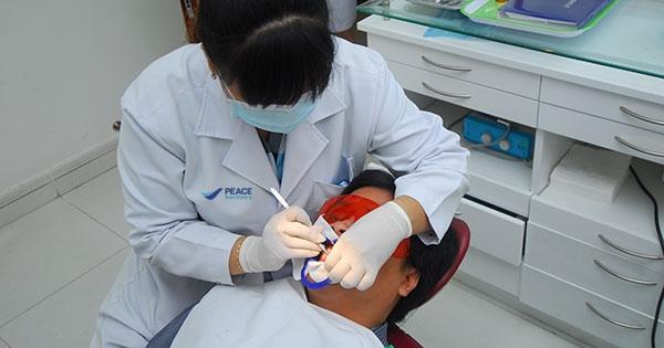 Khách hàng lấy cao răng tại Nha khoa Peace Dentistry