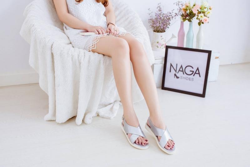 Mẫu sandal chéo cực xinh đang là xu hướng mới hiện nay