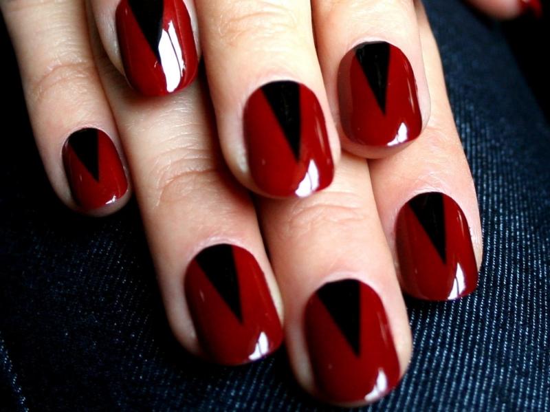 Màu sơn đỏ thẫm chưa bao giờ là lỗi mốt khi bạn dùng để tôn vinh thêm cho làn da trắng của mình