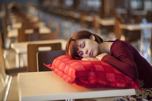 Không nằm áp mặt vào gối khi ngủ