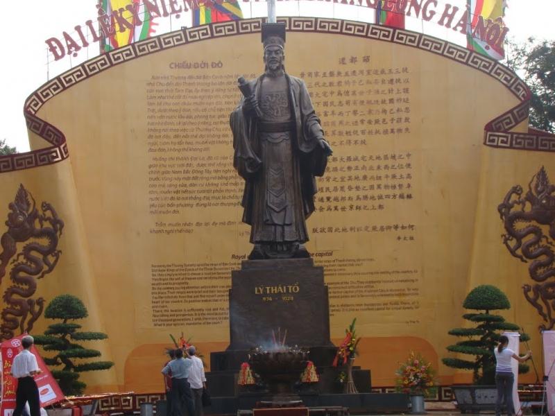 Tượng vua Lý Công Uẩn và chiếu dời Đô về thành Đại La.