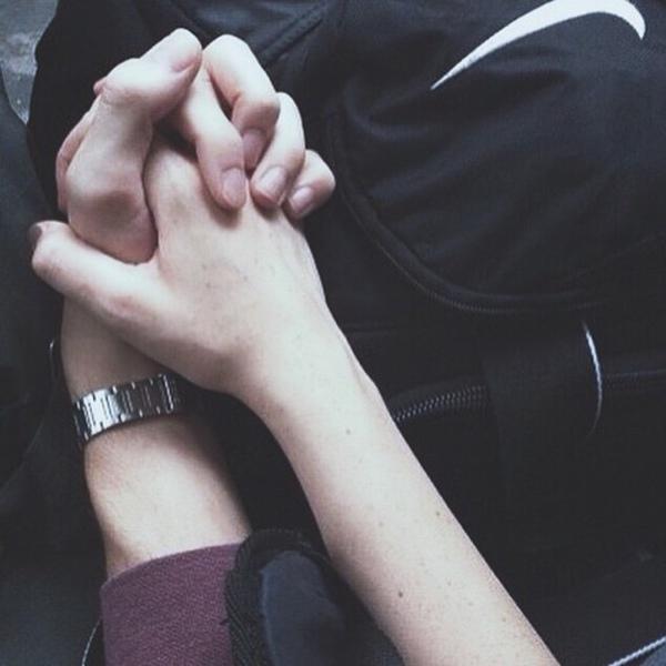 Người đàn ông của bạn đưa bàn tay của mình, nắm và xiết lấy tay bạn không rời