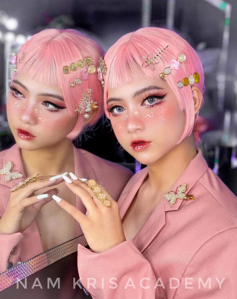Tất cả các xu hướng mới nhất luôn được cập nhật liên tục theo sát thị trường, các tone make up cô dâu và được dàn dựng bài hoá trang concept khác đa dạng hoàn hảo khi học tại Nam Kris Studio Makeup
