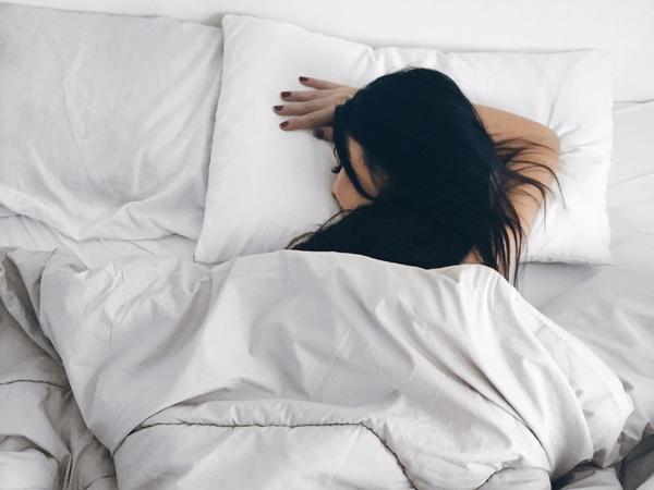 Nằm sấp, nghiêng khi ngủ