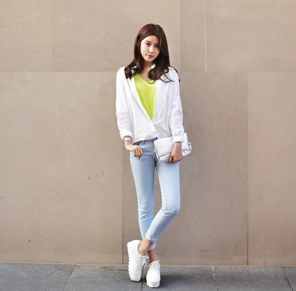 Năng động với quần jeans và giày thể thao