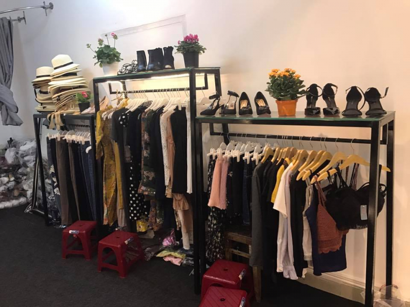 Ngoài giày dép thì Na's Store còn kinh doanh quần áo