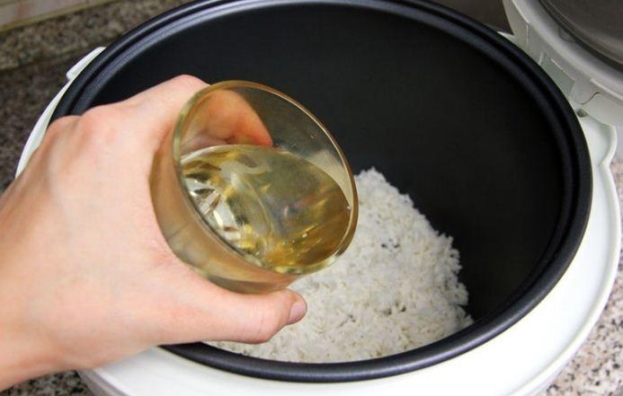 Cho gạo vào nồi và thêm một chút dầu vừng để không bị trào