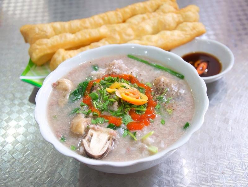 Cháo lòng truyền thống của người Hà Nội có màu nâu hấp dẫn