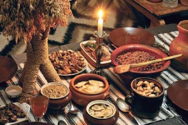 Theođó, vào đêm Noel, trước khi bắt đầu ăn tối, người đứng đầu gia đình sẽ lấy mộtít Loksa