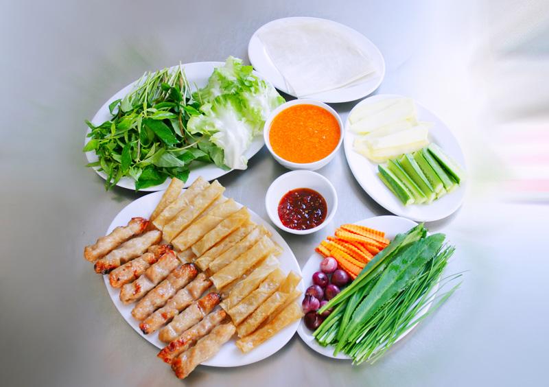 Ăn nem nướng kèm với rau sống và nước chấm