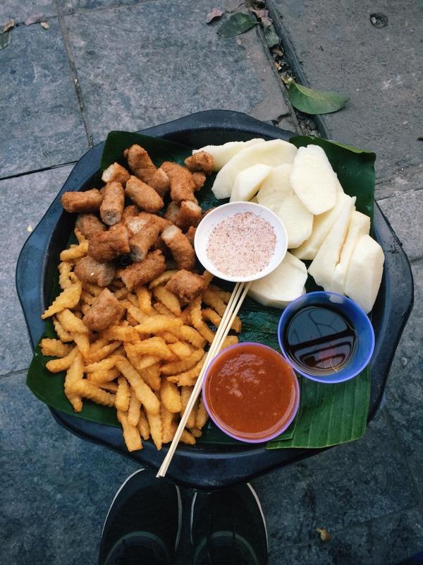 Một mâm đồ ăn đầy ụ