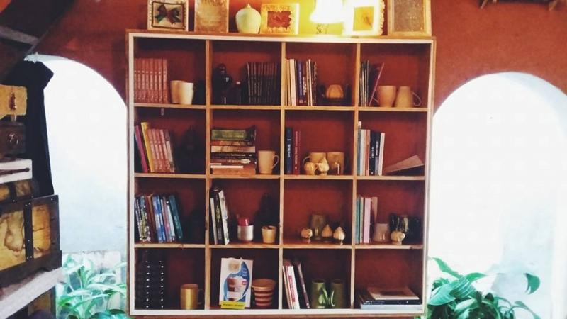 Không gian sách bên trong quán.