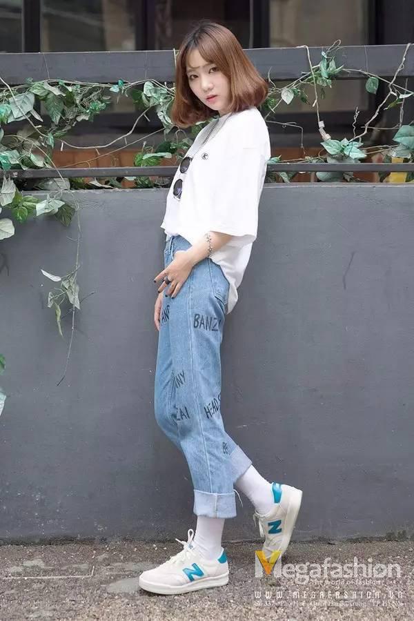 New Balance không quá kén đồ, nên một chiếc áo thun đơn giản, một chiếc quần jeans baggy kết hợp với một đôi New Balance là vô cùng hoàn hảo rồi.